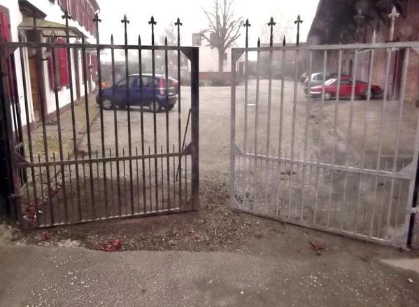 Remise à nu d'un portail en acier _ Entretien des ferroneries