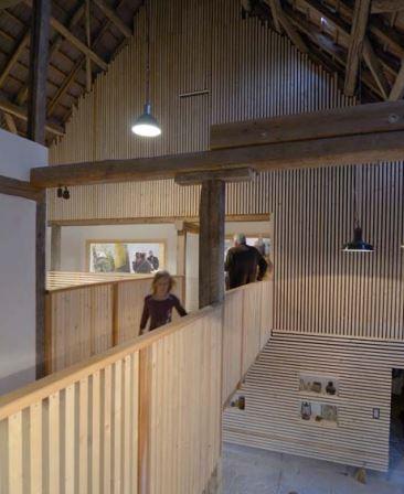 Une grange abrite un espace contemporain