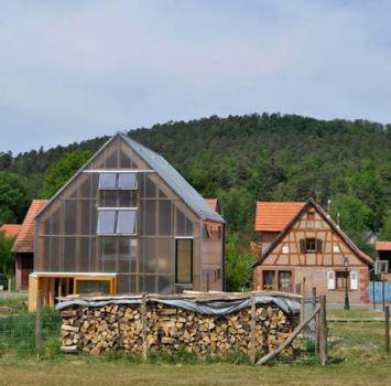 la maison contemporaine dans le village